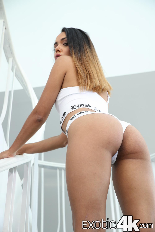Esperanza Del Horno shows amazing ass